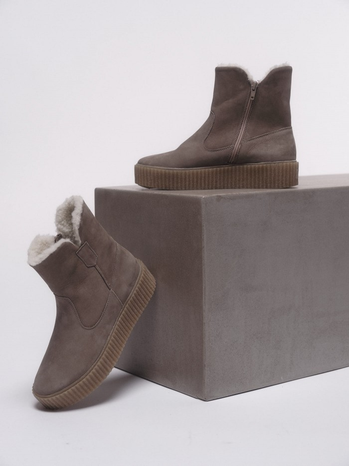 Warm sheepskin boots made from vegetable tanned leather