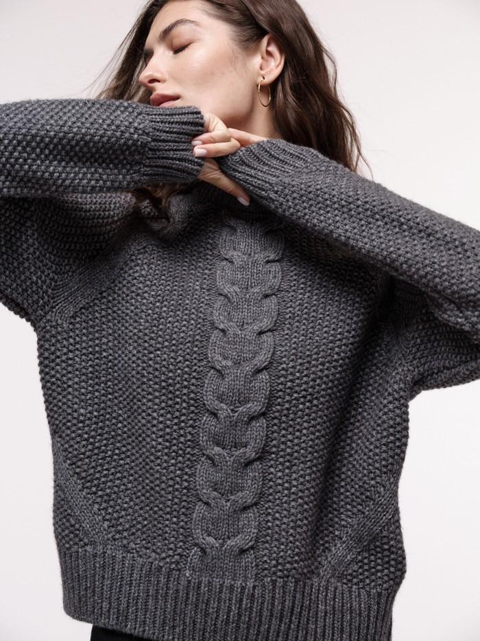 Weicher Pullover mit Zopfmuster